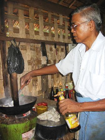 Sandoway Resort: Il nostro amico ci prepara i noodles! Che buoni!