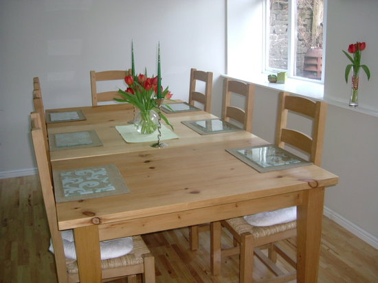 Old Nibley Farmhouse B&B: dining room overlooking courtyard
