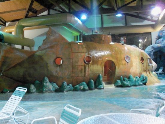 The House on the Rock Inn: submarine at the pool