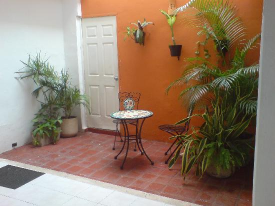 Hotel Maria Jose: mesitas fuera de tu habitacion