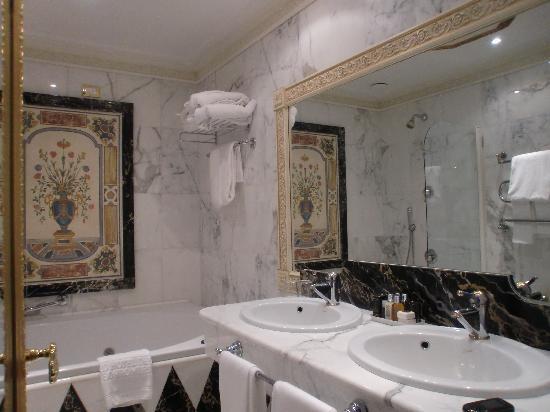 hotel giugliano con vasca idromassaggio : Bagno con vasca idromassaggio - Foto di Grand Hotel des Iles Borromees ...