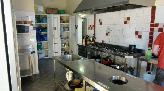 One World Backpackers: kitchen