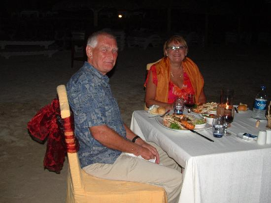 วีรันดา พอล เอต์ เวอร์จินี โฮเต็ล แอนด์ สปา: Ruby wedding meal on the beach