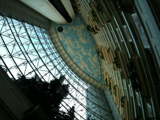 Hilton Beirut Metropolitan Palace: Lobby ceiling