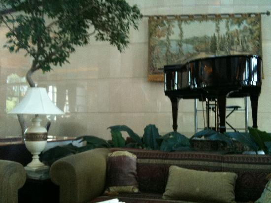 Hilton Beirut Metropolitan Palace: Piano Lobby