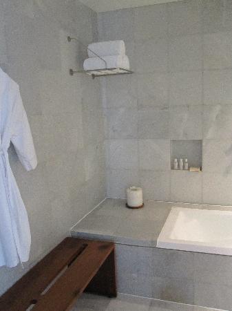 Hotel Habita: Bathroom