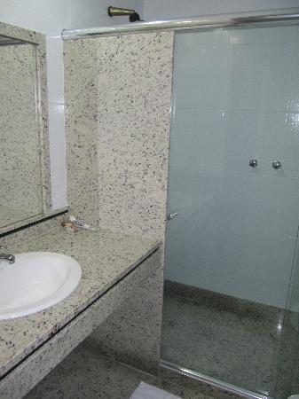 Hotel Praia Linda: Bathroom, renovated room
