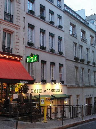 Hotel du Commerce: Outside from the street