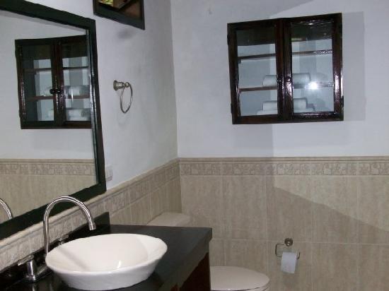 La Ruana Hotel y Fonda: bathroom was super clean and nice