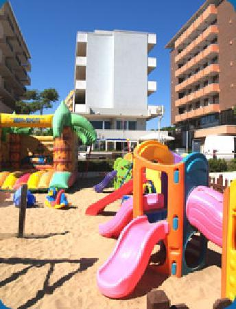 Hotel Croce del Sud visto dalla spiaggia adiacente.