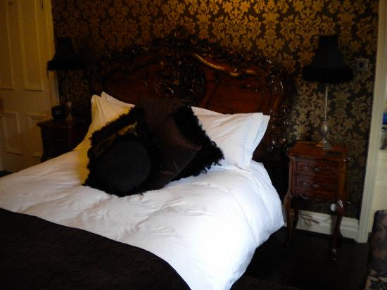 Dillons of Whitby: The Bed in Tolouse