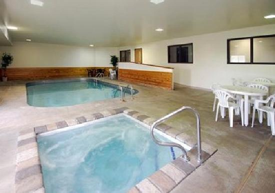 Quality Inn & Suites: Enjoy our pool and hot tub