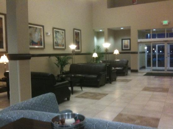 Holiday Inn & Suites Beaufort at Highway 21: Nice lobby.