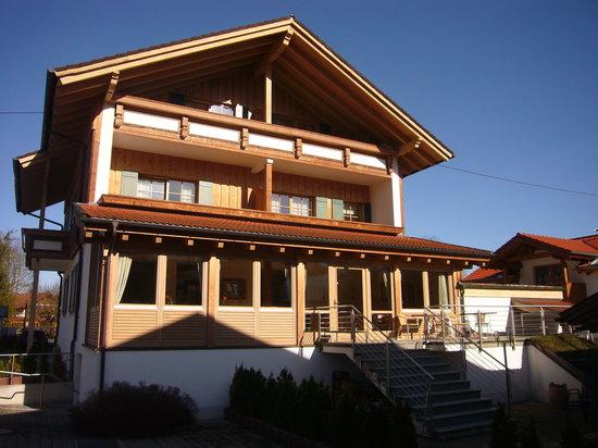 Landhotel Guglhupf: Rückansicht des Hotels (Frühstücks-/Speiseraum im Wintergarten)