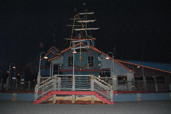 Pirate's Landing Seafood & Steak Restaurant: Outside at night