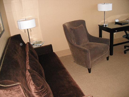Craddock Terry Hotel: Suite - Sitting room area