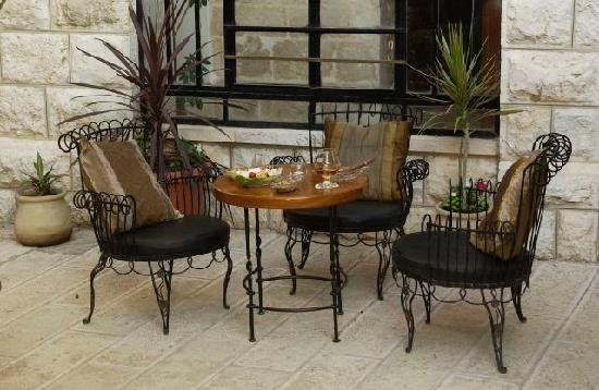 Jerusalem Meridian Hotel: Restaurant backyard