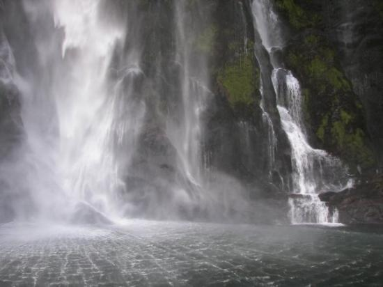 Milford Sound, Nova Zelândia: Stirling falls from below