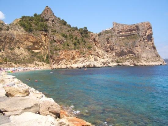 Benitachell, Spain: Y ahí está nuestro destino, una cala diminuta en medio de la montaña...