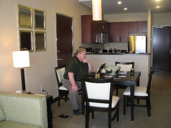 Staybridge Suites Las Vegas: Nice kitchen and dining area
