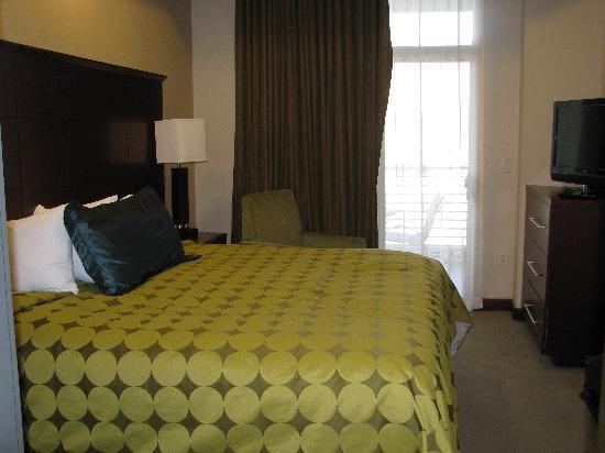 Staybridge Suites Las Vegas : Bedroom with balcony