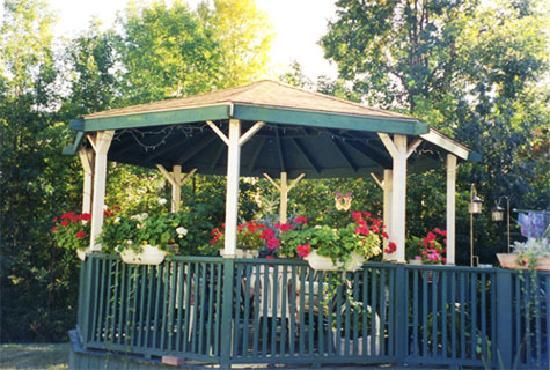 Butler Creek Hot Tubs and Suites Bed and Breakfast: Gazebo with Amazing Outdoor Hot Tub