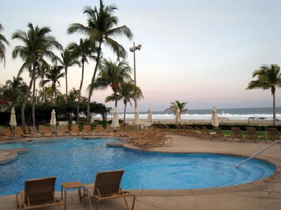 Pierre Mundo Imperial: pool area looking down beach