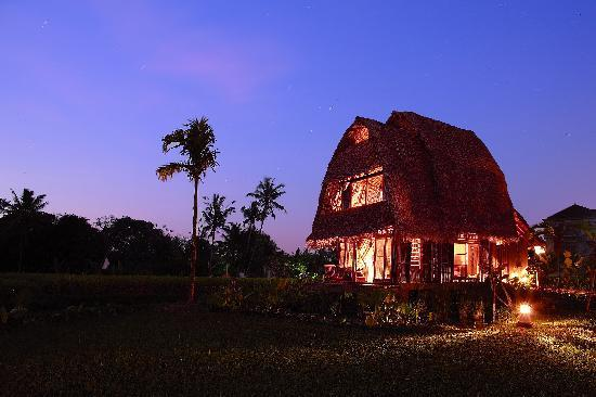 Yone Village Villas: Villa 1 at night