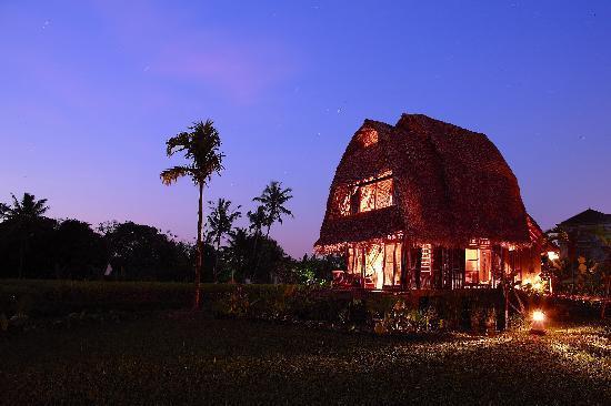 Yone Village Villas: Villa 1 at night