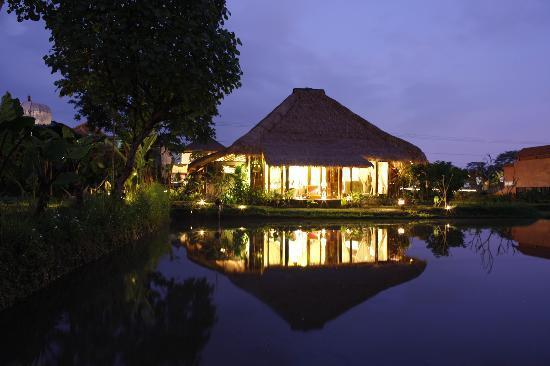 Yone Village Villas: villa 2 at night