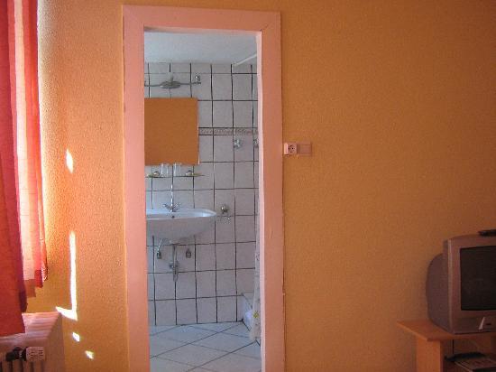 Hotel Bejuna: Shower room - no door. Weird, isn`t it?