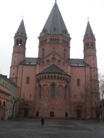 Mainz, Alemania: il duomo è fatto strano xkè ha il doppio abside ^^
