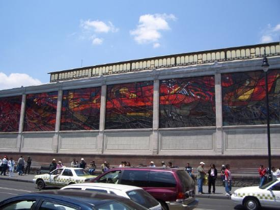 Toluca, Mexique : I don't know what this is.  The building is very big, and lots of these stained glass windows, b