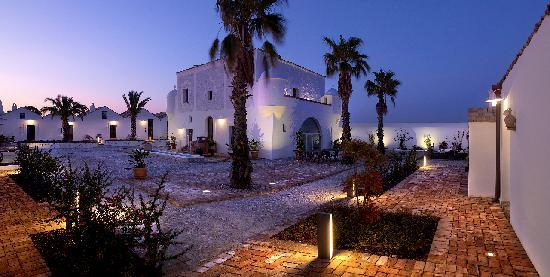 Pisticci, Italia: Courtyard at night