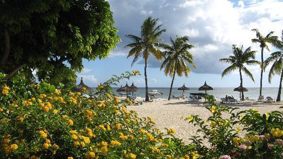 Sofitel Mauritius L'Imperial Resort & Spa: la plage vue des jardins