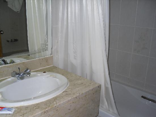 Lavender Hotel Dubai: the bathroom