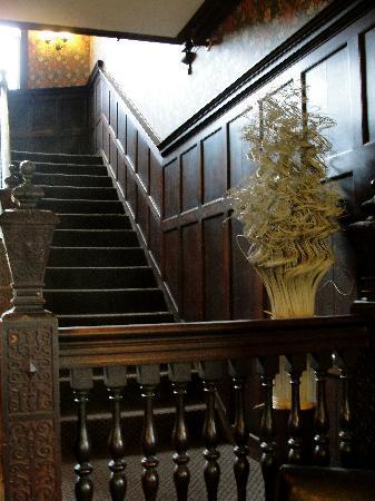 Longwood Inn : front stairway