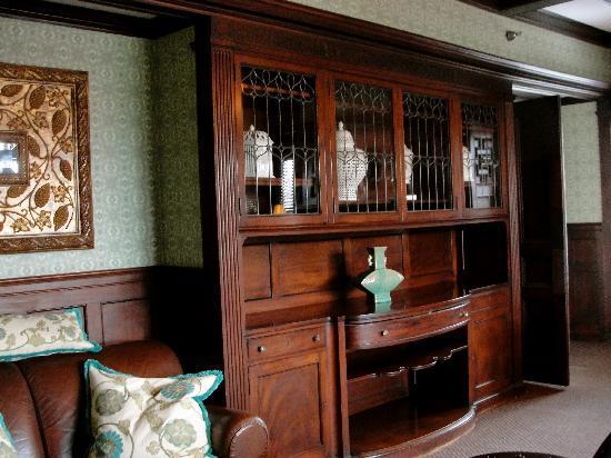Longwood Inn : seating area in diningroom