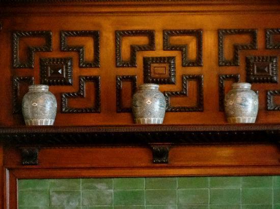 Longwood Inn : fireplace in diningroom