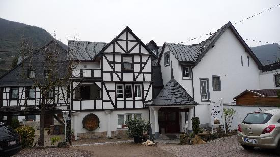 Senheim, Tyskland: Eingang mit Parkplatz