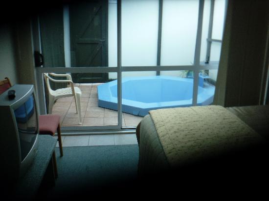 ألبين موتيل آند كونفرنس سينتر: view of private patio and hot tub from second bedroom