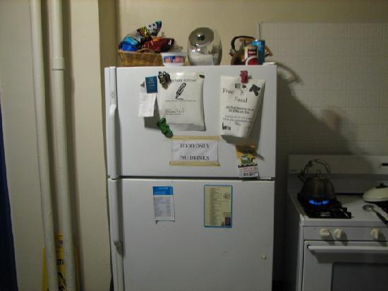 Hilltop Hostel: 食べ物用の冷蔵庫(名前と滞在日を書いて貼って入れる)