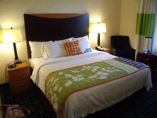 Fairfield Inn & Suites by Marriott Naples: Standard king, not a big room