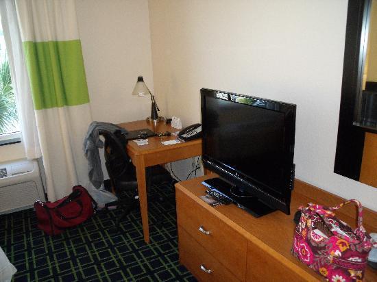 Fairfield Inn & Suites by Marriott Naples: LG HD TV and work desk