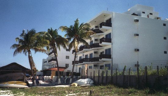 Las Perlas Condos: the hotel from the beach