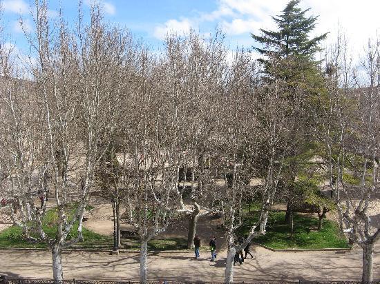 Siguenza, Spagna: Vista del parque situado frente al hotel