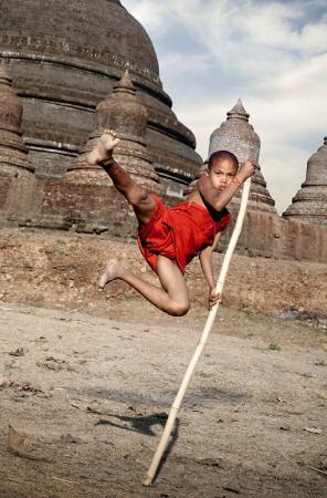 Mrauk U, Birmania: Even novice monks have adventurous imaginations and dream of being action heroes.