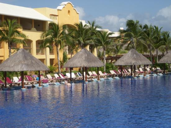 Barcelo Maya Palace : Yes - the huts, chairs and tables are built into this pool . . . genius!!