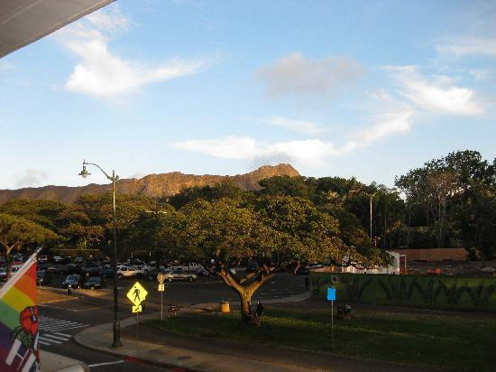 Hula's Bar & Lei Stand: The view of Diamond Head from the bar.