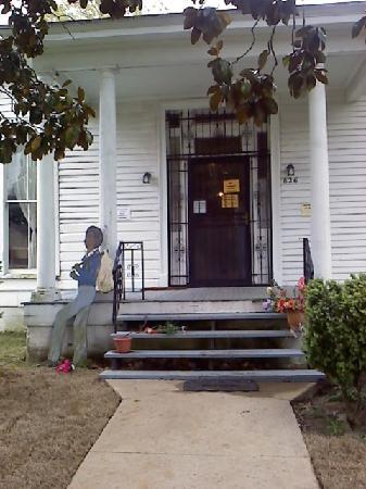 Slave Haven / Burkle Estate Museum : The front of the house, which you CAN'T enter or leave through, but rather need to walk around t